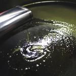 搾りたてのオリーブオイル。あくがあるのは酸度が低いという意味