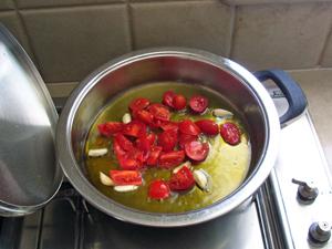 大きなお鍋になみなみと注がれたEXVオリーブオイルでボンゴレのソースを作ります