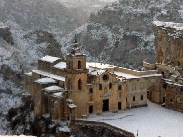雪の中のサン・ピエトロ・カヴェオーゾ教会と渓谷