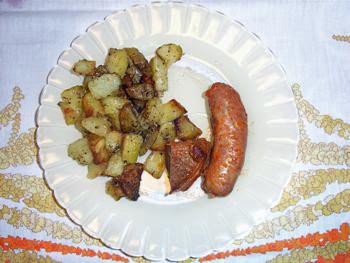 サルシッチャとイノシシの肉のトマト煮込みじゃがいものオーブン焼きオレガノ風味添え