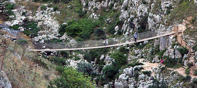 グラヴィーナ渓流の吊り橋