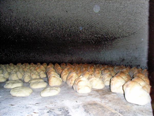 薪の窯に並ぶマテーラのパン