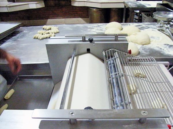 パンを伸ばす機械