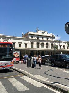 サレルノ駅前に停車するフレッチャリンクのバス