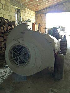 オリーブの葉に肥料をやる機械