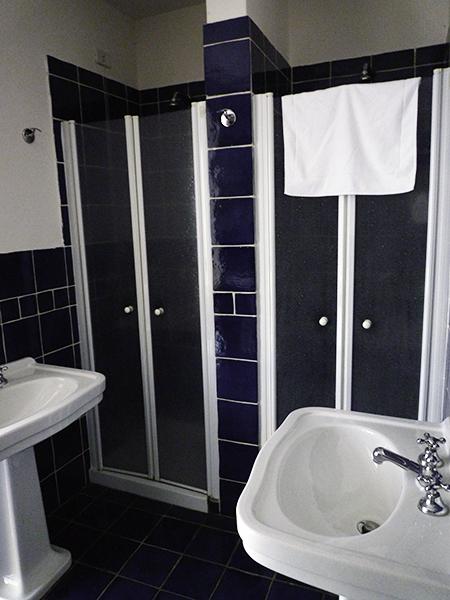 レ・モナチェッレのドミトリー用のシャワー